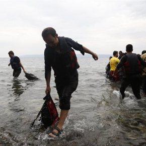 Φρίκη στο Αιγαίο, αβέβαιο μέλλον στην Αθήνα Οι περισσότεροι από τους πρόσφυγες του δουλεμπορικού που ναυάγησε στη Σάμο εγκλωβίστηκαν στη καμπίνα και ανασύρθηκαννεκροί
