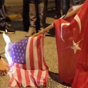 Αθήνα: Έκαψαν σημαίες της Τουρκίας και των ΗΠΑ στη πορεία συμπαράστασης για τη Ρωσία (βίντεο) – Επικροτούν οι Ρώσοι το κάψιμο τουρκικών σημαιών στην Αθήνα λόγω της κατάρριψης τουSU-24