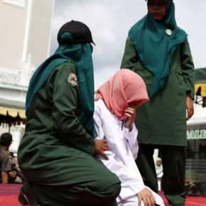 Φρίκη: Ραβδισμοί σε γυναίκα στηνΙνδονησία