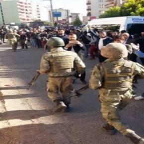 Κούρδοι γιουχάρουν την είσοδο του τουρκικού στρατού στο Ντιγιάρμπακιρ [βίντεο]–
