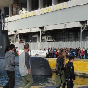 Στην ουρά για να μπουν στο υποβρύχιο ΠΙΠΙΝΟΣ οι πολίτες που σέβονται τιςΕΔ