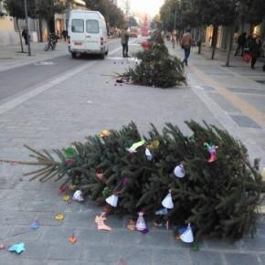 ΆΡΧΙΣΑΝ ΤΑ ΟΡΓΑΝΑ – Ισλαμιστές «ξήλωσαν» και πέταξαν όλα τα Χριστουγεννιάτικα δέντρα από το κέντρο των Σερρών!Έρχονται και χειρότερα…