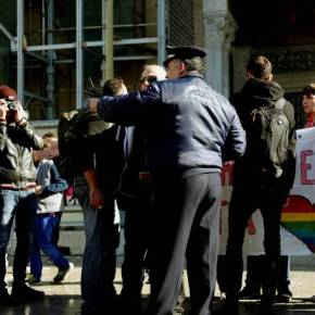"""Αγανακτισμένοι πολίτες έκραξαν αγρίως τις… """"κραγμένες"""" στην πλατεία Μητροπόλεως –ΒΙΝΤΕΟ"""