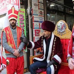 Σε παράκρουση φανατικοί ισλαμιστές στην Τουρκία με τον Χριστιανισμό: Ντύθηκαν γενίτσαροι και πέρασαν από δίκη τον… Άγιο Βασίλη![βίντεο]