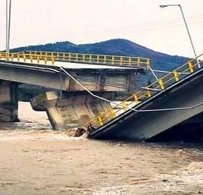 ΑΠΟ ΘΑΥΜΑ ΔΕΝ ΥΠΗΡΞΑΝ ΘΥΜΑΤΑ! Δείτε φωτογραφίες και βίντεο από την κατάρρευση της γέφυρας στονΠηνειό