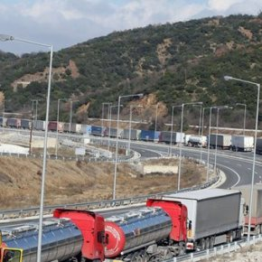 Αλλάζει το σκηνικό στον Προμαχώνα – Άνοιξαν τα Βουλγαρικά σύνορα Η επίσημη συμφωνία είναι να παραμείνουν ανοιχτά μέχρι να αποσυμφορηθούν εντελώς οι ουρές οι οποίες όπως έγινε γνωστό είχαν φτάσει τα 30χιλιόμετρα.