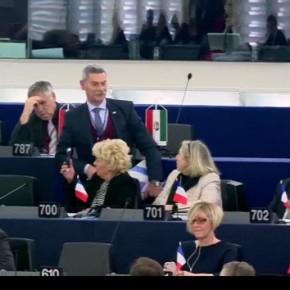 Πέταξαν έξω από το Ευρωκοινοβούλιο τον Χρυσαυγίτη απόστρατο για ρητορική μίσους–