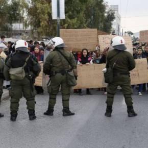 «Μπουκάρισαν» στην Αθήνα λάθρο και πρόσφυγες – «Αναχαιτίστηκαν» στην πλατεία Βικτωρίας – ΕΚΑΤΟΝΤΑΔΕΣ ΟΡΓΙΣΜΕΝΟΙ ΜΟΥΣΟΥΛΜΑΝΟΙ ΔΙΑΜΑΡΤΥΡΟΝΤΑΙ ΓΙΑΤΙ ΔΕΝ ΤΟΥΣ ΠΑΝΕ ΣΤΗΝ ΓΕΡΜΑΝΙΑ–