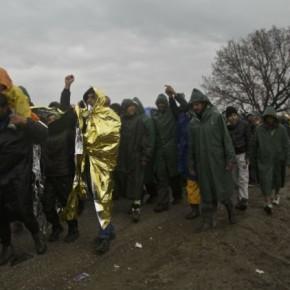 Εκατοντάδες πρόσφυγες προσπαθούν να περάσουν σταΣκόπια