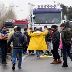 «ΑΦΟΥ ΔΕΝ ΠΑΜΕ ΕΜΕΙΣ ΕΚΕΙ ΠΟΥ ΘΕΛΟΥΜΕ ΔΕΝ ΘΑ ΠΑΤΕ ΟΥΤΕ ΚΑΙ ΕΣΕΙΣ»! – Πού φτάσαμε;- Λαθρομετανάστες και πρόσφυγες έχουν κλείσει την εθνική οδό και ζητούν ταυτότητα από τους Έλληνες οδηγούς για να τους αφήσουν να πάνε στις δουλειές τους! (βίντεο)–