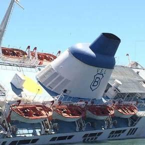 ΣΥΜΒΑΙΝΕΙ ΤΩΡΑ! Πλοίο βουλιάζει μέσα στο λιμάνι του Πειραιά!(Φωτό-Βίντεο)