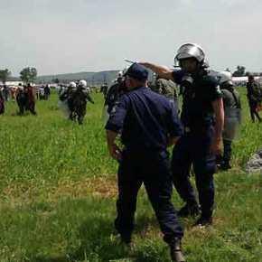 Χάος στην Ειδομένη: Σκοπιανοί αστυνομικοί «βομβαρδισαν» ξανά το ελληνικό έδαφος με χημικά και χειροβομβίδες κρότουλάμψης