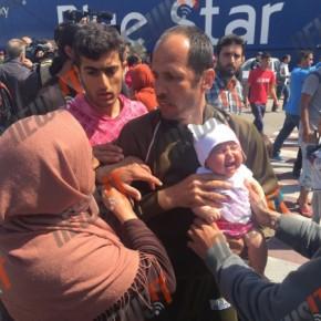 Χάος στο λιμάνι του Πειραιά! Η ενημέρωση άναψε τα αίματα! Η στιγμή που πρόσφυγας προσπαθεί να πετάξει μωρό πάνω σε λιμενικό!ΒΙΝΤΕΟ