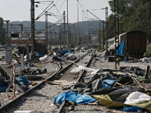 epaselect epa05330387 Abandoned blankets and tents sit next to railway tracks folowing a police operation at a refugee camp at the border between Greece and Former Yugoslav Republic of Macedonia (FYROM), near the village of Idomeni, northern Greece, 26 May 2016. The transport of refugees from Idomeni to the new  accommodation centres started on 24 May. The railway track at Idomeni has been cleared of migrants and refugees and an inspection by the Greek railway services operator TRAINOSE has been scheduled to restore operation, the migration crisis coordinating committee representative Georgios Kyritsis said 25 May.  EPA/YANNIS KOLESIDIS