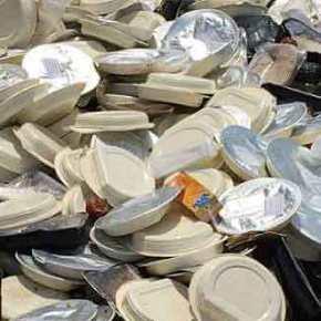 Φωτό πρόκληση από το hotspot Σκαραμαγκά! Πεταμένες μερίδες φαγητού στοδρόμο!