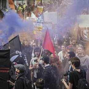 """Θαυμάστε τους… Οι παρακρατικοί """"αλληλέγγυοι"""" της Αγγλίας διαδηλώνουν μαζί με λαθρομετανάστες κατά του BRexit –ΒΙΝΤΕΟ"""