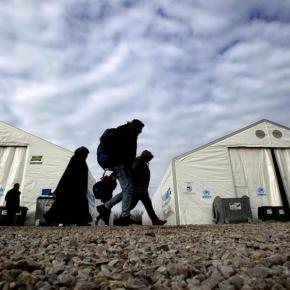 Κομισιόν: Με «εξαιρετικά αργούς» ρυθμούς οι μετεγκαταστάσεις προσφύγων