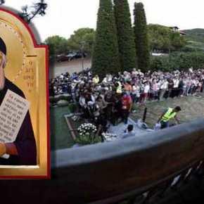 Χιλιάδες πιστοί στον τάφο του Αγίου Παϊσίου – Εκοιμήθη σαν σήμερα πριν από 22 χρόνια(φωτό)