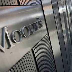 Moody's: «Η χαλάρωση των capital controls θα φέρει πίσω τις καταθέσεις στις ελληνικέςτράπεζες»