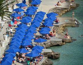 «Βουλιάζουν» φέτος οι ελληνικέςπαραλίες