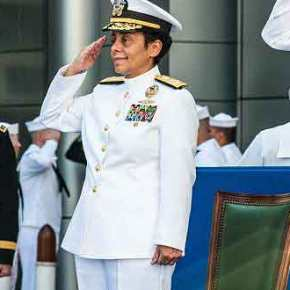 """Η """"κοντή"""" τετράστερη Ναύαρχος των ΗΠΑ που διοικεί σαν γίγαντας το ΝΑΤΟ στηΜεσόγειο"""