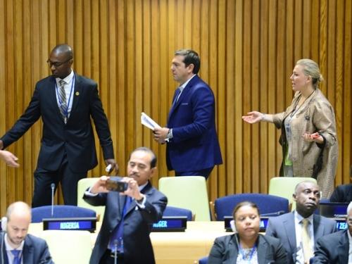 Ο πρωθυπουργός Αλέξης Τσίπρας (Κ) προσέρχεται στην Ολομέλεια της Συνόδου Κορυφής του ΟΗΕ για τη διαχείριση προσφυγικών-μεταναστευτικών μετακινήσεων μεγάλης κλίμακας, στη Νέα Υόρκη, Δευτέρα 19 Σεπτεμβρίου 2016. Ο Α. Τσίπρας βρίσκεται στη Νέα Υόρκη για να συμμετάσχει στις εργασίες της 71ης Γενικής Συνέλευσης των Ηνωμένων Εθνών. ΑΠΕ-ΜΠΕ/ΑΠΕ-ΜΠΕ/ΔΗΜΗΤΡΗΣ ΠΑΝΑΓΟΣ
