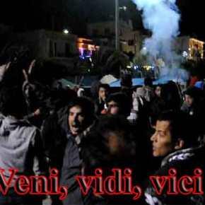 Χαμός στη Χίο: ΜΑΤ, πρόσφυγες και μετανάστες «έπνιξαν» με χημικά και έδειραν εκατοντάδες Χιώτες(βίντεο)