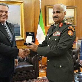 Ο Καμμένος με τον Αρχηγό ΕΔ τουΚουβέϊτ
