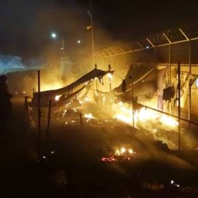 ΑΝΑΣΤΑΤΟΙ ΟΙ ΚΑΤΟΙΚΟΙ ΤΟΥ ΝΗΣΙΟΥ Χάος στη Μόρια μετά την έκρηξη και τους δύο νεκρούς στο κέντρο μεταναστών – Συγκρούσεις μεταξύ των ΜΑΤ και Αφρικανών (φωτό,βίντεο)