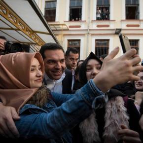 ΣΕ ΜΕΙΟΝΟΤΙΚΟ ΣΧΟΛΕΙΟ ΤΗΣ ΞΑΝΘΗΣ Οι selfies του Τσίπρα με μουσουλμάνες μαθήτριες και ο παραδοσιακός καφές[photos]