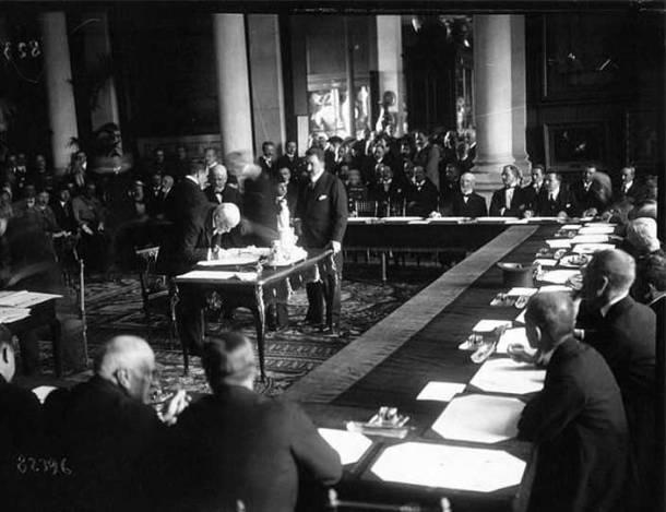 venizelos_signing_the_treaty_of_sevres