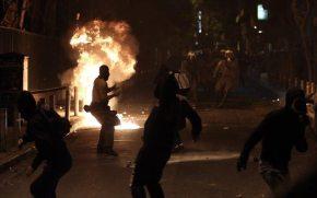 Σοβαρά επεισόδια στα Εξάρχεια – Φωτιές, μολότοφ και οδοφράγματα- Kράτος εν κράτει οι αντιεξουσιαστές: Σε ισχύ το δόγμα «αφήστε να καεί ηΑθήνα»