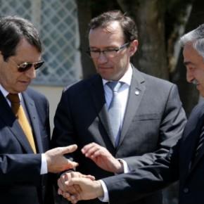 Ο Ακιντζί αποδέχεται παρουσία της Ε.Ε. στηδιαπραγμάτευση