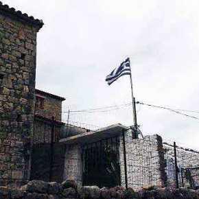 Συντονισμένη από το παρακράτος η υποστολή της ελληνικής σημαίας στηνΧειμάρρα