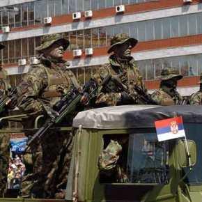 Με το δάχτυλο στη σκανδάλη Σέρβοι και Κοσοβάροι – Παρέμβαση ΕΕ για να αποφευχθεί ησύγκρουση