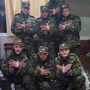 Νέα φωτογραφία-πρόκληση: Αλβανοί φορούν το «χακί» του Ελληνικού Στρατού και σχηματίζουν με τα χέρια τους τον αετό της λεγόμενης «ΜεγάληςΑλβανίας»