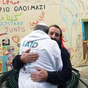 Οι ΜΚΟ «αλωνίζουν» στα Ελληνική νησιά – Εβραϊκή οργάνωση μοίρασε προμήθειες στους μουσουλμάνους πρόσφυγες στην Λέσβο – Υπάρχεικράτος;