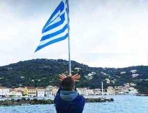 ΝΕΑ ΠΡΟΚΛΗΣΗ: Αλβανός στους Παξούς έκανε τον «αετό» κάτω από τη γαλανόλευκη(Εικόνα)