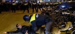 Ολλανδικά ΜΜΕ προς Τουρκία: «Εμείς είμαστε το αφεντικό!»ΠΡΩΤΟΣΕΛΙΔΟ ΟΙ ΦΩΤΟΓΡΑΦΙΕΣ ΠΟΥ ΔΕΙΧΝΟΥΝ ΤΟΥΡΚΟ ΝΑ ΤΟΝ ΔΑΓΚΩΝΕΙ ΑΣΤΥΝΟΜΙΚΟΣΣΚΥΛΟΣ