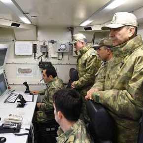 Ο Τούρκος ΑΓΕΕΔ στρατηγός Χουλουσί Ακάρ επιθεωρεί την επιχειρησιακή μοίρα UAV Bayraktar για το πρώτο κύμα τουρκικήςεπίθεσης