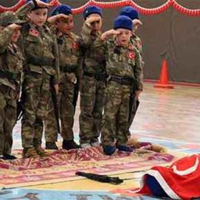 Ανατριχιαστικό αλλά δείχνει τι έρχεται από την Ανατολή: Τουρκόπουλα παίζουν το άγημα απόδοσης τιμών σε «νεκρό» στρατιώτη!(ΒΙΝΤΕΟ)