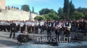 Γενοκτονία Ποντίων: Έκαψαν τουρκικές σημαίες έξω από την τουρκικήπρεσβεία