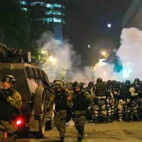 Ελικόπτερα και εκατοντάδες Σκοπιανοί αστυνομικοί έχουν περικυκλώσει τα κυβερνητικάκτίρια