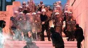 Άγρια επεισόδια έξω από τη Βουλή – Φωτιά στη σκοπιά του άγνωστου στρατιώτη – Διαδηλωτές επιχειρούν να μπουν στο Κοινοβούλιο – Δείτεβίντεο