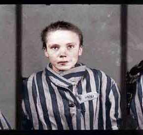 Το κορίτσι του Άουσβιτς κοιτά τον φακό για τελευταία φορά. Λίγο πριν, την είχαν ξυλοκοπήσει επειδή δεν μιλούσεΓερμανικά
