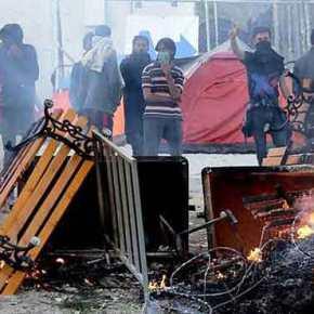 Εξέγερση λαθρομεταναστών στη Λέσβο – Πετροπόλεμος, δακρυγόνα, σπάνε τα αυτοκίνητα τωνπολιτών