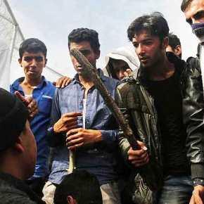 Σφάχτηκαν οι λαθρομετανάστες στον Άγιο Παντελεήμονα: Τραυμάτισαν σοβαρά τον Έλληναιερέα