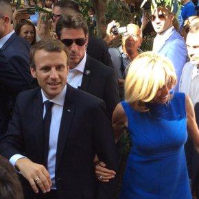 Βόλτα στην Ερμού για το ζεύγος Μακρόν Συνομιλίες με τον κόσμο, selfies και σουβλάκια στο κέντρο της Αθήνας για το προεδρικό ζεύγος – Ολοκληρώθηκε η διήμερη επίσκεψη του γάλλου προέδρου – Αναχώρησε για τηνΓαλλία