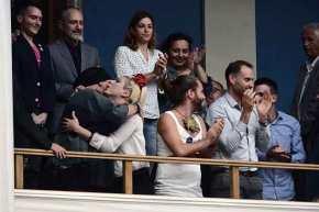 Ο ΣΥΡΙΖΑ έμεινε στην Ιστορία για τις εικόνες αυτές: Πανηγυρίζουν τρανς, γκει στα θεωρεία τηςΒουλής