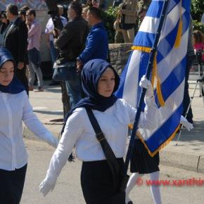 Τρίζουν τα κόκαλα του Κολοκοτρώνη: Παρέλαση με «μαντίλες» για πρώτη φορά σε εθνική εορτή… στην Ξάνθη – Δείτε τιςφωτογραφίες